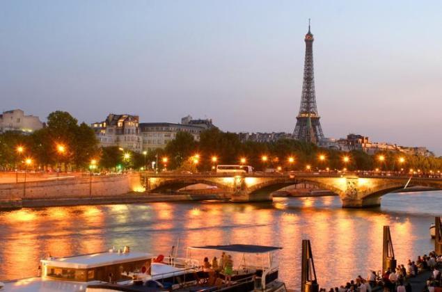 eiffel-tower-dinner-and-seine-river-cruise-by-minivan-in-paris-413550